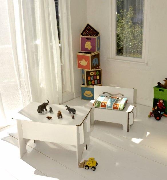 Banco y mesa de cartón ecológico para niños en Maison Artist