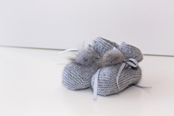 Patucos modelo botita con pompon de visón natural de Casilda y Jimena