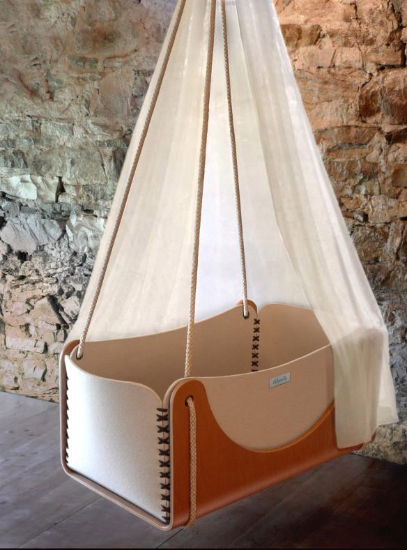 Cuna suspendida Roll, de Woodly, de madera y colchón de espelta anti asfixia